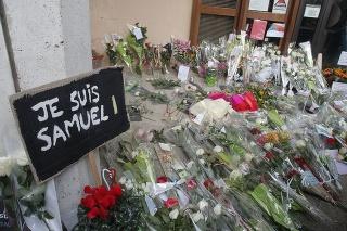 Nápis Som Samuel a kvety sú pred budovou strednej školy, pred ktorou útočník zabil učiteľa dejepisu Samuela Patyho