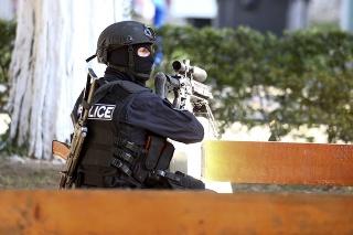 Na snímke gruzínsky policajný snajper čaká na pozícii neďaleko banky 21. októbra 2020.