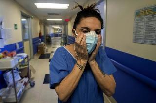 Zdravotná sestra z Milána si nasadila dve rúška, aby sa ochránila pred koronavírusom.