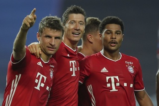Futbalista Bayernu Serge Gnabry (vpravo).