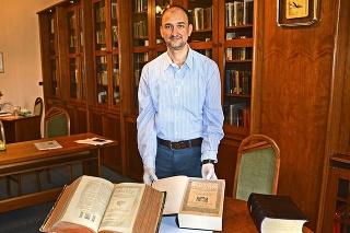 András Szeghy (43) ukazuje a porovnáva najstaršiu (1590) a najnovšiu (2019) Viszolyiskú Bibliu.
