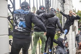 Voči niektorým polícia použila slzný plyn.