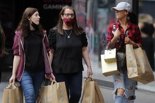 Zákazníčky s ochrannými rúškami kráčajú na ulici Oxford Street v Londýne.