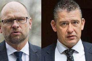 Vľavo minister hospodárstva Sulík, vpravo minister vnútra Mikulec.