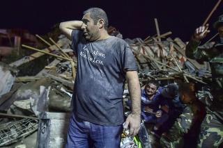 Na snímke azerbajdžanskí vojaci a hasiči sa pokúšajú zachrániť pozostalých pred zničenými domami v obytnej štvrti v meste Gandža po raketovom útoku 16. októbra 2020.