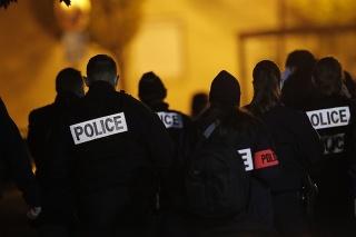 Policajti sú na mieste, kde muž podrezal priamo na ulici hrdlo stredoškolskému učiteľovi dejepisu