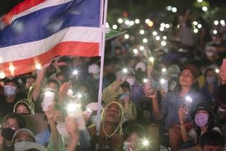 Desaťtisíce protivládnych demonštrantov sa v sobotu zhromaždili v thajskej metropole Bangkok.