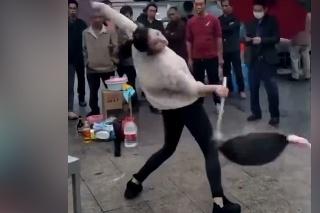 Neuveriteľné, čo pri jedle dokáže: Bizarné tance s wokom všetkých totálne odrovnali!