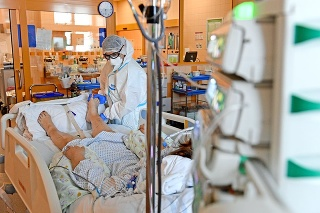 V Česku je takmer 1 000 hospitalizovaných s COVID-19.