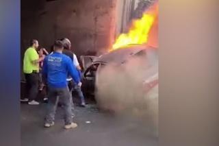 V tejto situácii by odvahu hocikto nenabral: Zúfalá snaha zachrániť mužov z horiaceho auta