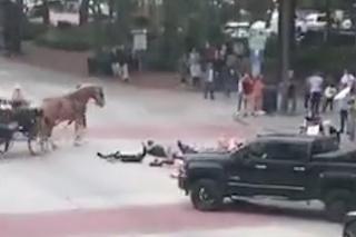 Demonštranti vytočili muža v aute do nepríčetnosti: V sekunde vytiahol zbraň a...