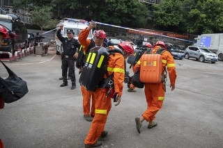 Záchranári sa vydali pomôcť baníkom, ktorí zostali uväznení v bani.