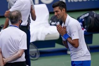 Srbský tenista Novak Djokovič sa rozpráva s hlavným rozhodcom po tom, čo napálil loptičku do čiarovej rozhodkyne.