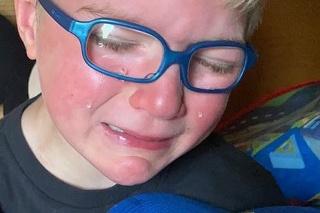 Chlapček sa srdcervúco rozplakal, keď počul, že medvedík rozpráva hlasom jeho dedka.
