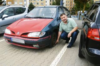 Miloš Ihnát ukazuje na vrak s poškodenou karosériou, ktorý má aj vypustené pneumatiky a neplatné kontroly. (Bilancia starostu za 4 roky: 104 vrakov)