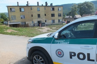 Polícia vyšetruje otrasný nález ľudského plodu pred bytpvkou v Joviciach.