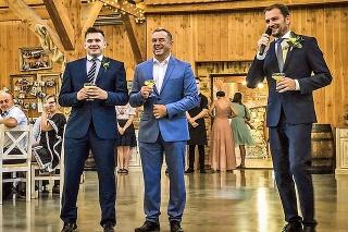 Premiér (vpravo) a poslanec Jozef Pročko (v strede) si pri zabávaní hostí zabudli dať rúško.