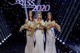 Druhá vicemiss Kristína Víglaská (20), Miss Slovensko 2020 Leona Novoberdali (23) a Prvá vicemiss Viktória Podmanická (18)