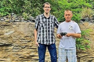 Amatérsky mineralóg Ladislav (vpravo, 39) našiel zafír s kamarátom, doktorandom Štefanom (28).