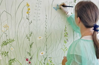 Umelkyni zabralo prerábanie fádnej steny na farebnú lúku 3 týždne.