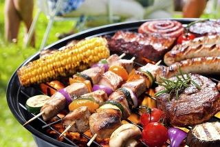 V obchodoch kúpite rôzne klobásy a mäsá pripravené na grilovanie.