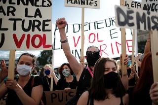 Protestujúce feministky, ktorým sa nepáči francúzsky minister.