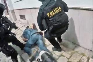 Policajti chlapa s nožom nakoniec spacifi kovali bez použitia ostrej munície