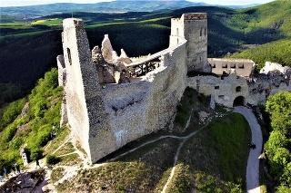 Vláčik bude premávať na trase námestie - hrad, čím sa cesta do sídla Bátoričky výrazne skráti.
