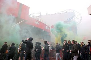 Fanúšikovia Manchestru United pred nedeľným šlágrom 34. kola anglickej futbalovej Premier League proti FC Liverpool vtrhli na štadión Old Trafford.