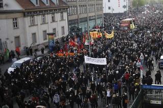 Protestujúci sa zhromažďujú pri príležitosti Sviatku práce 1. mája 2021 v Berlíne.