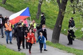 Prvomájové zhromaždenia a protesty proti opatreniam v Česku prebehli pokojne.