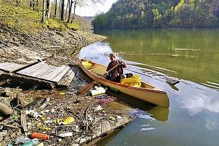 Odpad z vody zbierali na člnkoch.