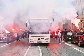APRÍL 2021: Slovan – Trnava 1:2: Fanúšikovia Spartaka takto vyprevádzali autobus s hráčmi na víťazné derby do Bratislavy.