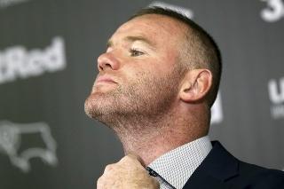 Bývalý anglický futbalový reprezentant Wayne Rooney si upravuje kravatu na tlačovej konferencii v Derby 6. augusta 2019. Rooney bude od januára pokračovať v kariére v Derby County. Útočník DC United v MLS sa s anglickým druholigistom dohodol na zmluve do leta 2021 s možnosťou ročného predĺženia. Tridsaťtriročný Rooney bude pôsobiť ako hrajúci tréner.