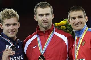 Na snímke bieloruský desaťbojár  Andrej Kravčenko pózuje na stupni víťazov so zlatou medailou na ME v atletike v Zürichu 13. augusta 2014.Striebro získal Francúz Kevin Mayer (vľavo) a tretí bol Rus Iľja Škurenev (vpravo).