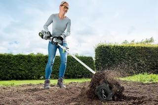 Pripraviť pôdu na sadenie sa dá aj s vystretým chrbtom.