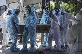 Zdravotníci odvážajú obeť COVID-19 do krematória v Džammú v Indii.