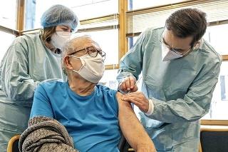 Seniorov nad 70 rokov môže sprevádzať mladší človek, ktorému pichnú očkovaciu látku.
