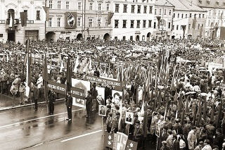 Banská Bystrica 1984: Tisíce ľudí, veľa vlajok, transparentov, megaportrétov a alegorických vozov.