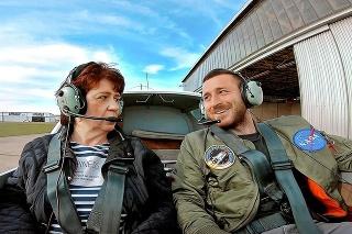 Mama Anna bola zo synovho oznámenia, že bude pilotovať lietadlo, šokovaná, napokon však netajila dojatie.