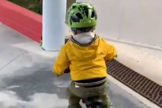 Trojročný syn Petra Sagana zdoláva na bicykli schody! Marlon predviedol ukážkovú jazdu