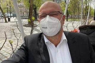 Richard Sulík sa obedom na otvorenej terase pochválil aj na sociálnej sieti.