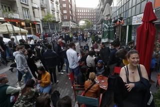 Terasy otvorené od víkendu obsadili masy ľudí.