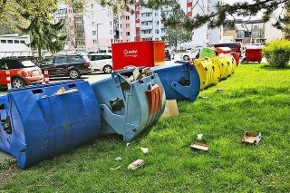 Chuligáni ničili kvetináče, smetiaky aj dopravné značky.