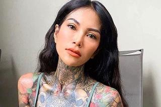 Svoje tetovania miluje.