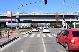 Vodič BMW prichádzajúceho od centra mesta do bratislavskej Karlovky nedokázal zrážke zabrániť.