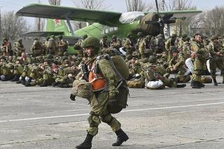 Rusko začlao v piatok s odsunom svojich vojakov z manévrov prebiehajúcich neďaleko hraníc s Ukrajinou.