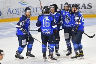 Hokejisti Popradu sa tešia po góle.