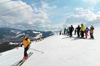 V Jasnej si užívali sneh stovky lyžiarov.