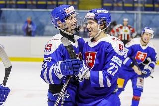 Na snímke zľava Juraj Slafkovský a Andrej Kollár (obaja SR) v druhom prípravnom zápase slovenskej hokejovej reprezentácie pred majstrovstvami sveta v lotyšskej Rige proti Logtyšsku.